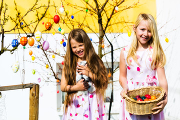 Mädchen auf Ostereiersuche und Osterhase