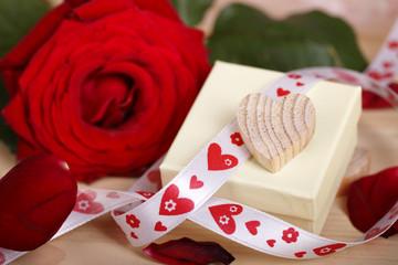 geschenk - herz - rose