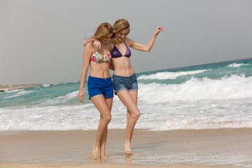 Junge Frauen tanzen am Strand