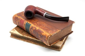 libros antiguos y pipa de tabaco