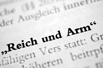 """""""Reich und Arm"""" - schwarz-weiß Text"""