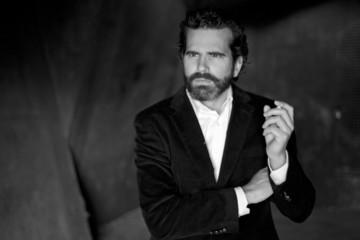 Retrato de hombre serio fumando con traje