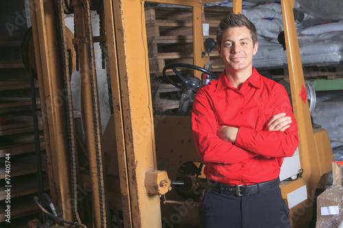 Hardware store employee - 77405744