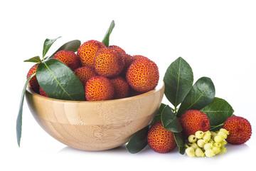 Bowl con frutas de madroño aislado sobre fondo blanco