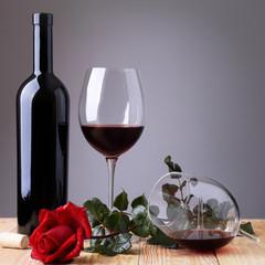 Vino rosso  e rosa rossa