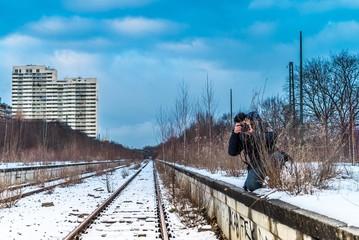 Fotograf sucht Perspektive am Geisterbahnhof München
