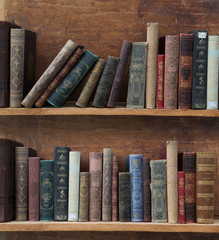 Holzregal mit alten Büchern.