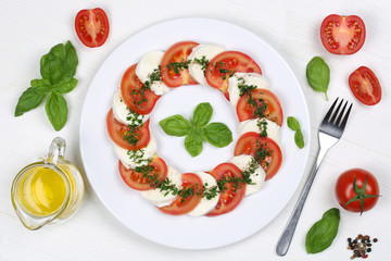 Zutaten für Caprese Salat mit Tomaten, Basilikum und Mozzarella