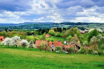 Idyllisches Dorf in der fränkischen Schweiz, vor dem Gewitter