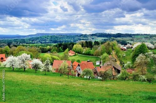 canvas print picture Idyllisches Dorf in der fränkischen Schweiz, vor dem Gewitter