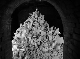 Porzellanscherben in der Höhle