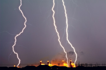 USA, Arizona, Arlington, Thunder bolt over power station