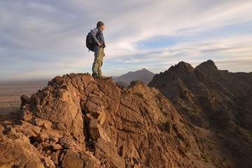 USA, Arizona, Mohawk Mountains, Climber on top of Mountain