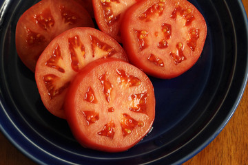 Round slices of tomato