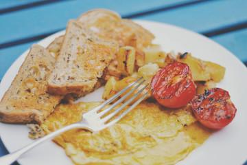 United Kingdom, England, Warwickshire, Long Marston, Vegetarian English breakfast with toast, omelette, tomatoes and potatoes