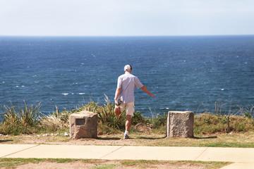 Australia, Nuovo Galles del Sud, Sydney, Man having fitness in front of Pacific Ocean