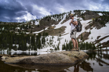USA, Colorado, Indian Peaks Wilderness, Hiker looking at view