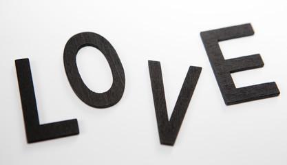 mot love en lettres noires