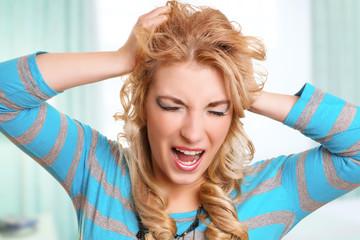 schreiende blonde Frau