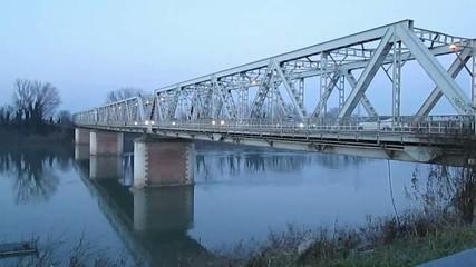 Ponte sul fiume con automobili in transito