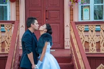 Жених и невеста целуются на крыльце избы