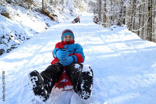 Kinder beim Schlittenfahren - 77457118