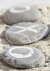 ciottoli con disegni sulla sabbia