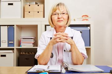 Ärztin am Schreibtisch in der Praxis