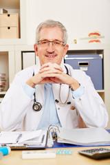 Lächelnder Arzt am Arbeitsplatz