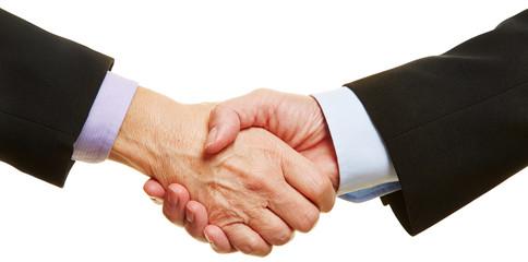 Panorama von Händen beim Handschlag