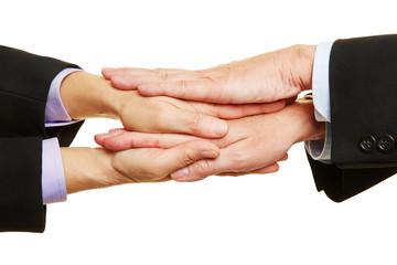 Geschäftsleute halten Hände als Stapel