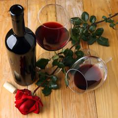Calici di vino rosso e rosa
