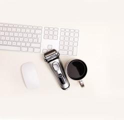 Tastatur,Mouse,Rasierer und eine Tasse Kaffee