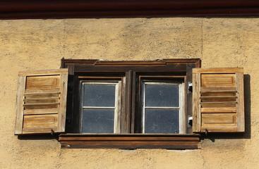 Offener Fensterladen aus Holz