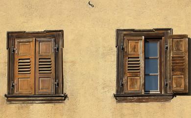 Alte Fensterläden an der Fassade