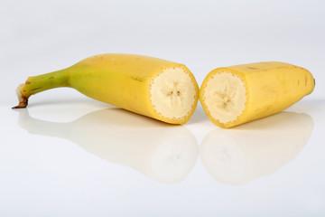Zwei Bananenhälften