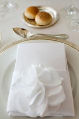 piatto con tovagliolo e menù su tavola di nozze