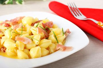 Pasta with ham and cream
