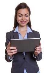 Geschäftsfrau im grauen Blazer arbeitet mit Tablet