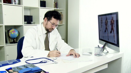 Doctor receiving female patient in office talking