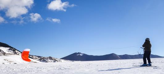 The snowkiting began skiing
