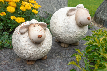 Zwei lustige, dicke Schafe aus Keramik