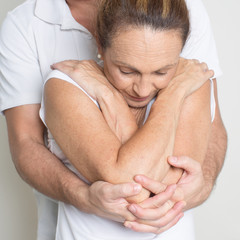 Chiropraktik mit älterer Frau