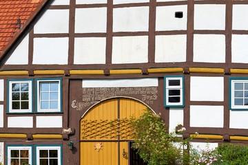 Altes Fachwerkhaus mit Türüberschrift