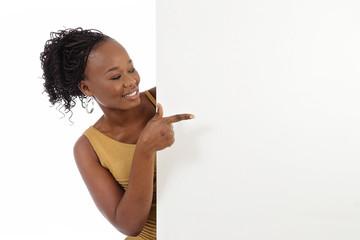 jeune femme noire avec panneau publicitaire