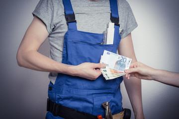 Bauarbeiter mit Geld