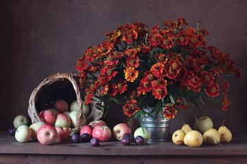 натюрморт с букетом, яблоками, грушами и сливами