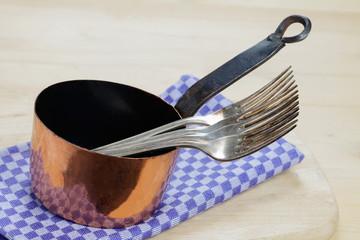 Kupferkessel und Silbergabeln
