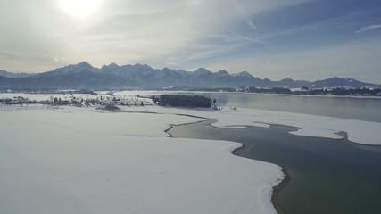 Flug über Winterlandschaft mit See