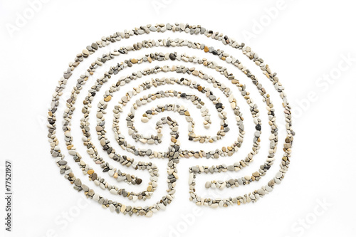 Papiers peints Spirale The maze on a white background lined with small sea stones.